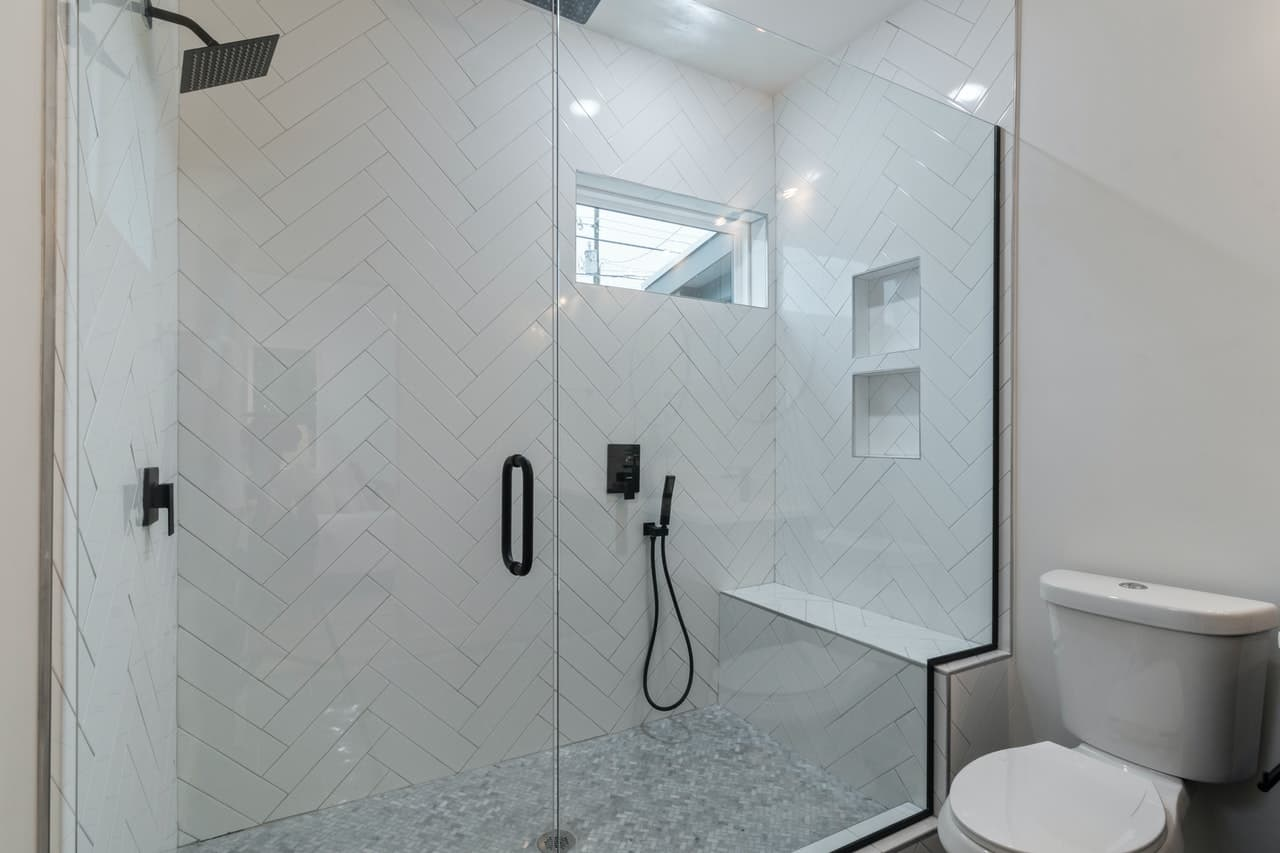 Open shower with a bench inside